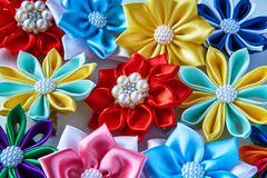 Пестротканые handmade hairpins на таблице, предпосылке Стоковая Фотография RF