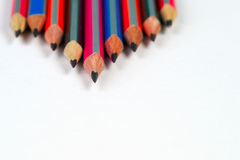 Пестротканые pensils на белой бумаге задняя школа к Стоковые Изображения