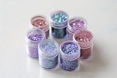 Пестротканые Sequins для дизайна ногтей в коробке glitter стоковые изображения