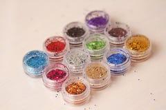 Пестротканые Sequins для дизайна ногтей в коробке glitter стоковое изображение rf
