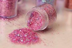 Пестротканые Sequins для дизайна ногтей в коробке glitter стоковые фотографии rf