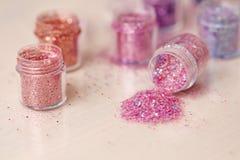 Пестротканые Sequins для дизайна ногтей в коробке glitter стоковая фотография rf