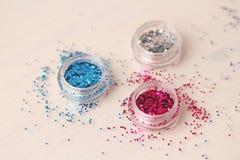 Пестротканые Sequins для дизайна ногтей в коробке glitter стоковое изображение