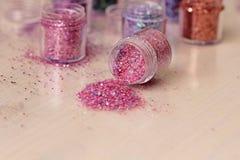 Пестротканые Sequins для дизайна ногтей в коробке glitter стоковые фото