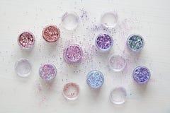Пестротканые Sequins для дизайна ногтей в коробке glitter стоковая фотография
