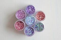 Пестротканые Sequins для дизайна ногтей в коробке glitter стоковое фото