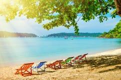Пестротканые sunbeds на песчаном пляже в тени Горячее утро в тропиках Стоковое Фото