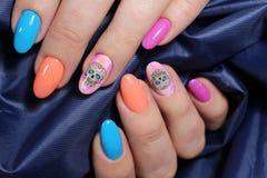 Пестротканый дизайн ногтя с красивой картиной Стоковое Фото