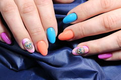Пестротканый дизайн ногтя с красивым Стоковое Фото