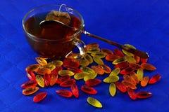 Пестротканый мармелад и чашка черного чая Стоковое Фото