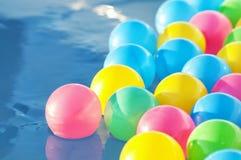 Пестротканый пластичный поплавок шариков в бассейне ` s детей Стоковая Фотография RF
