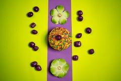 Пестротканый торт пряника пасхи, конфеты сахара, цветки, яркая фотография торжества Стоковое фото RF