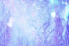 Пестротканый фонтан брызга на ноче стоковое изображение