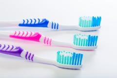 3 пестротканых зубной щетки на изолированной белой предпосылке стоковая фотография