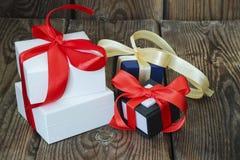 3 пестротканых подарочной коробки с красными и желтыми лентами Стоковое Изображение