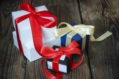 3 пестротканых подарочной коробки с красными и желтыми лентами Стоковое Изображение RF
