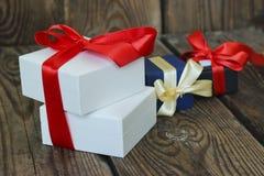 3 пестротканых подарочной коробки с красными и желтыми лентами Стоковые Фотографии RF