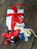 3 пестротканых подарочной коробки с красными и желтыми лентами Стоковые Изображения RF