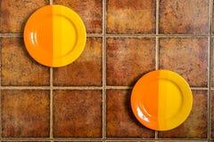 2 пестротканых плиты расположенной в различных углах на коричневом цвете Стоковая Фотография