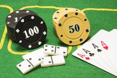 2 пестротканых столбца обломоков для домино покера и играя карточек Стоковое Фото