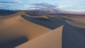 Песчанные дюны струясь через Mesquite плоско в Death Valley стоковая фотография rf