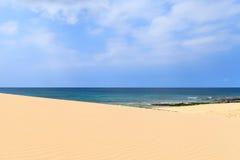 Песчанные дюны близко к океану с пасмурным голубым небом, Boavista, крышкой Стоковая Фотография RF