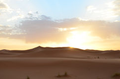 Песчанные дюны в восходе солнца пустыни в высоких горах атласа, Марокко Сахары большой стоковое фото