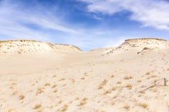Песчанные дюны и голубое небо с облаками Стоковые Изображения RF