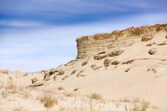 Песчанные дюны и голубое небо с облаками Стоковая Фотография