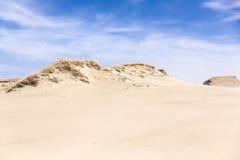 Песчанные дюны и голубое небо с облаками Стоковая Фотография RF