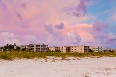 Песчанные дюны и здания на пляже в Флориде под beautifu Стоковое Изображение