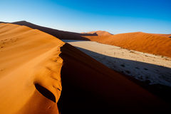 Песчанные дюны на Sossusvlei, Намибии Стоковые Фотографии RF