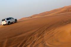 песчанные дюны привода SUV пустыни 4x4 Стоковое Изображение