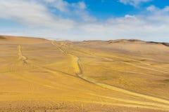 Песчанные дюны различных размеров с трассировками автомобиля Стоковые Изображения