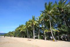 Песчаный пляж бухточки ладони, пирамид из камней Стоковая Фотография