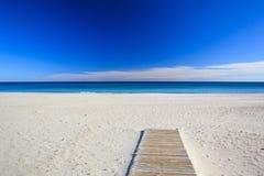 Песчаный пляж и голубое море Стоковые Фото