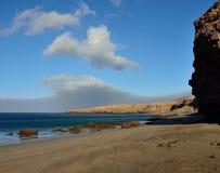 Песчаный пляж и утесы, остров Фуэртевентуры Стоковое Фото