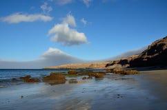 Песчаный пляж и утесы, Jandia, Фуэртевентура Стоковые Фотографии RF