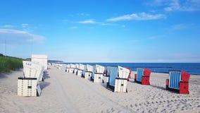Песчаный пляж и шезлонги на Балтийском море стоковые фото