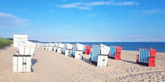 Песчаный пляж и шезлонги на Балтийском море стоковое изображение