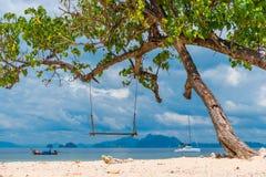 песчаный пляж, ландшафт качания красивый с видом на море, Krabi тайским Стоковые Фотографии RF