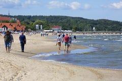Песчаный пляж на Балтийском море, люди отдыхая на солнечный летний день стоковое изображение