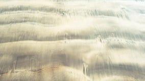 Песчаный пляж с малыми волнами сток-видео