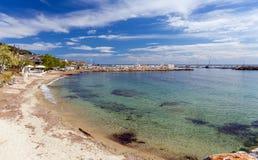 Песчаный пляж в деревне Nea Skioni, Halkidiki, Греции стоковые изображения