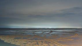Песчаный пляж в малой воде Стоковая Фотография