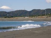 Песчаный пляж в Японии с Mount Fuji на горизонте Стоковое Фото