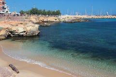 Песчаный пляж и залив в городе Порту-Torres, Италия Стоковая Фотография RF