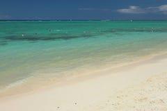Песчаный пляж и океан Trou вспомогательное Biches, Маврикий Стоковая Фотография