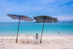 Песчаный пляж и темносинее небо Стоковые Изображения RF