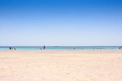 Песчаный пляж на острове с голубым морем и голубым небом Стоковые Фотографии RF